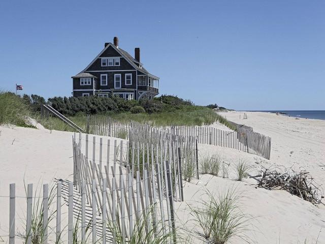ONE DAY TOUR – A day at The Hamptons and visit to an Outlet