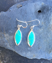 Charger l'image dans la galerie, SE160 - SHIELD EARRING PALE GREEN