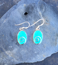 Charger l'image dans la galerie, SE140 - OVAL PALE GREEN RESIN WITH SILVER SWIRL EARRING