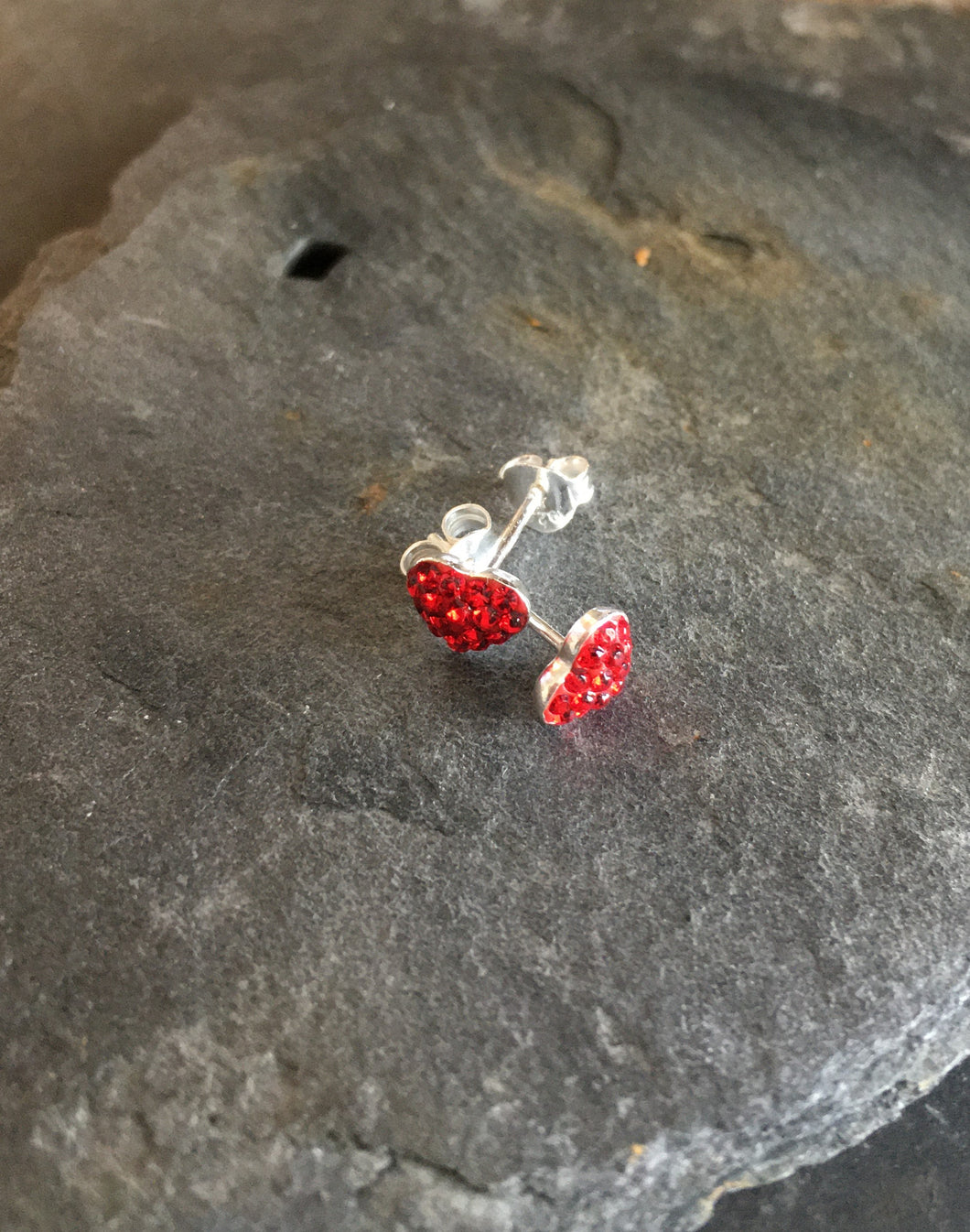 SS134-CRYSTAL HEART STUD RED 6MM
