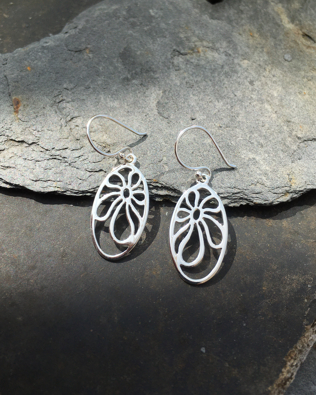 SE129 - OPEN OVAL FLOWER EARRING