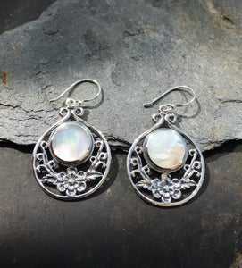 SE133 - MOTHER OF PEARL FLORAL EARRING