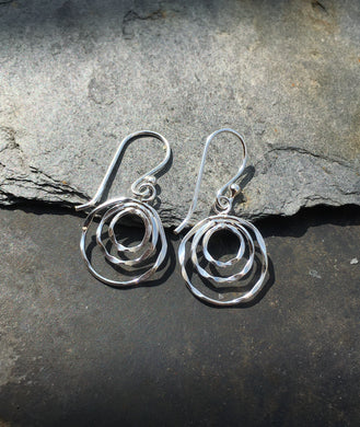 SE156 - THREE CIRCLE WAVY EARRING