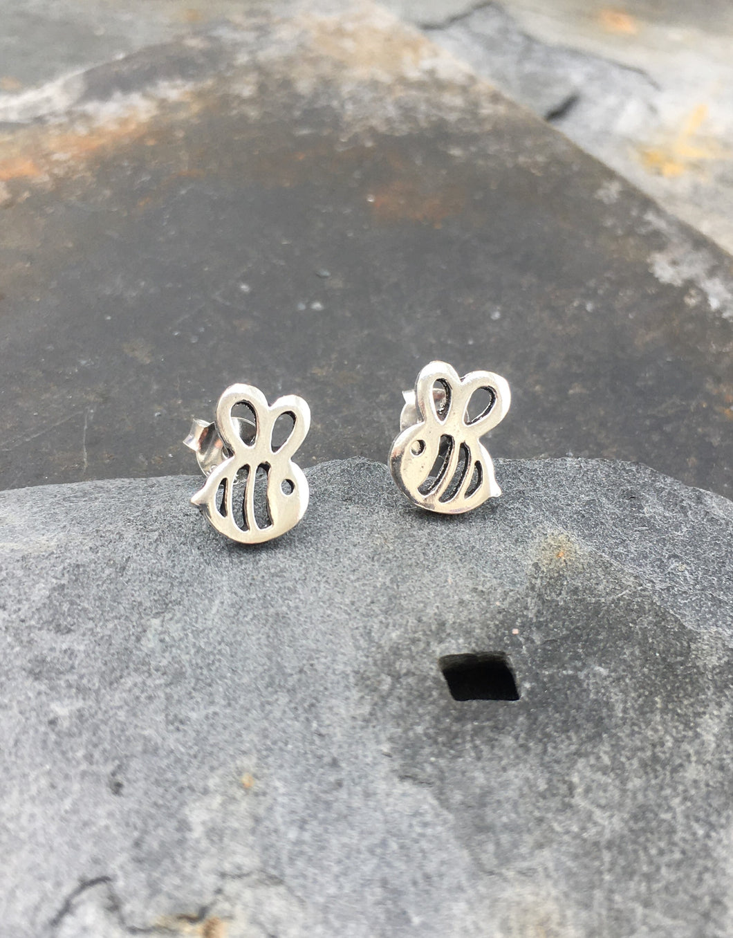S549 -CUTE BEE STUD
