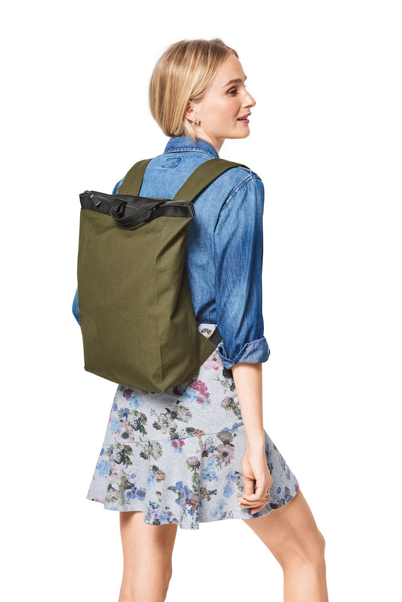 BD6400 Backpack with Zipper Fastener