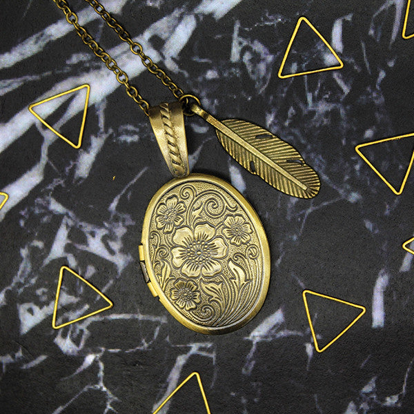 1509 Feather & Oval Locket Necklace