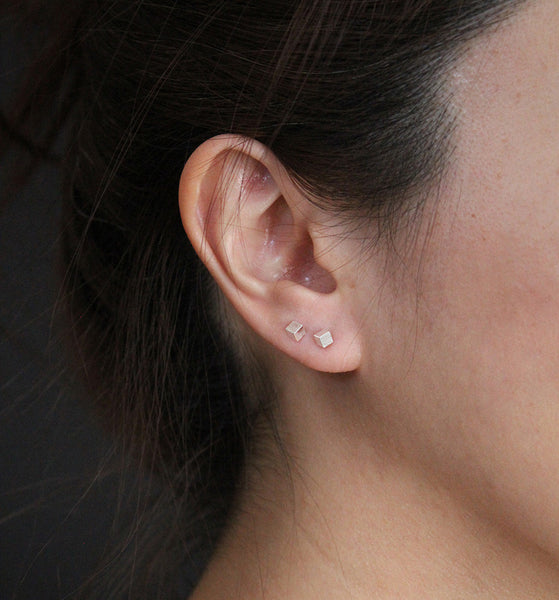 Silver Cube Stud Earrings > 418