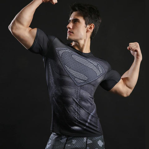Tee shirt musculation court de face à l'effigie du Super Heros Superman Dark