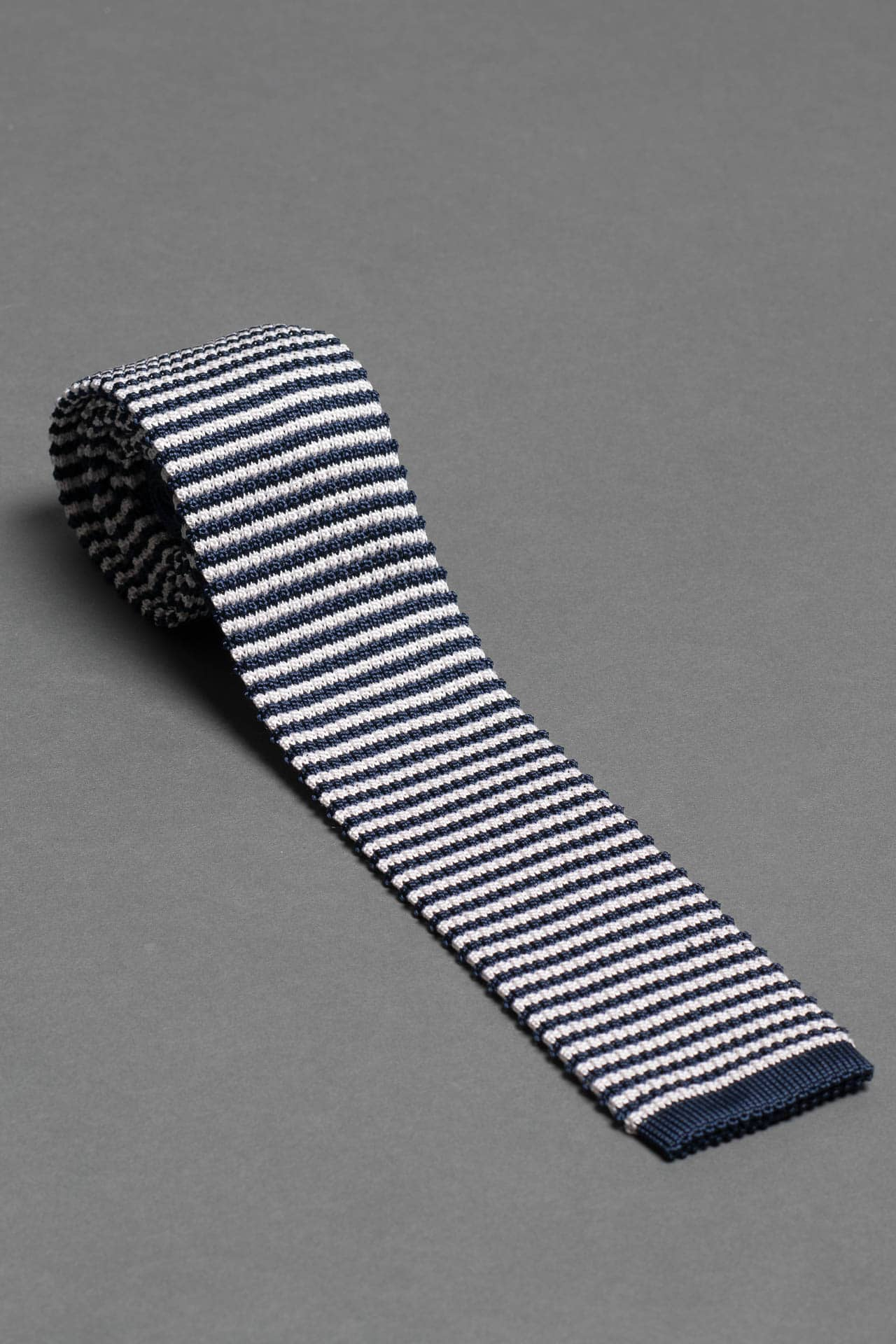 navy-blue-white-stripe-silk-knitted-tie-with-pointed-tip-made-in-italy