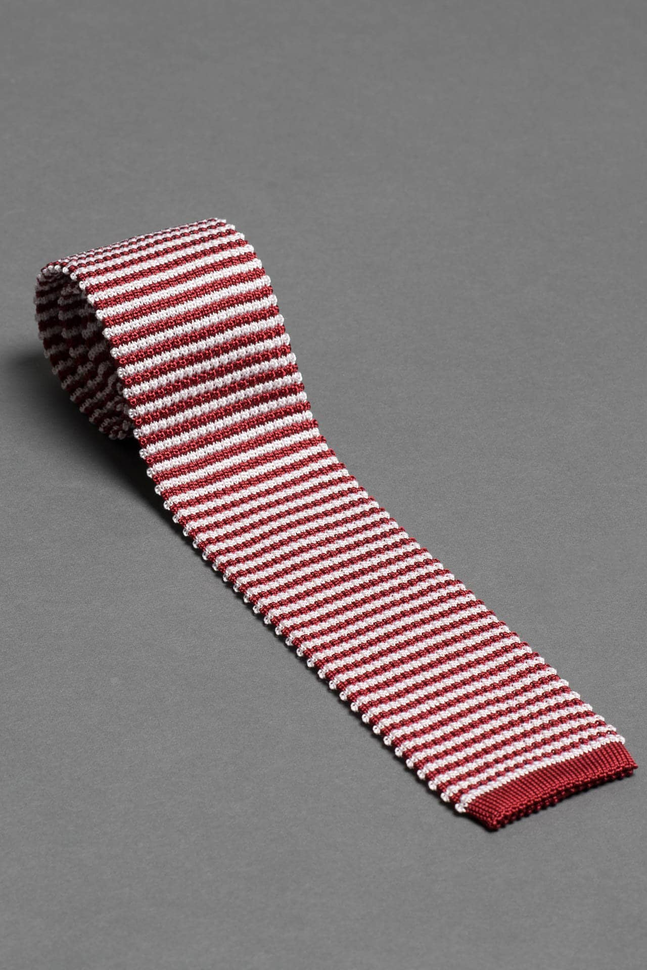 red-white-stripe-silk-knitted-tie-with-square-tip-made-in-italy