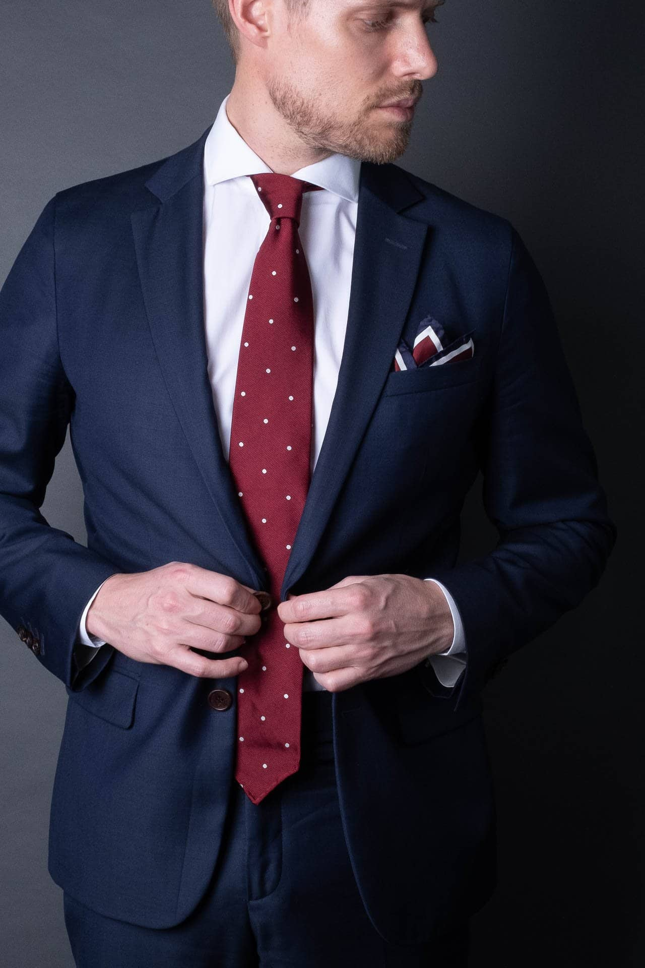 7-fold-maroon-red-polka-dot-silk-woven-tie-with-pointed-hand-tip-made-in-italy
