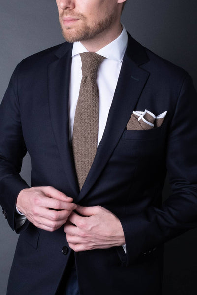Brown-cotton-knitted-tie-with-square-tip-made-in-italy-combo-mathing-pocket-square