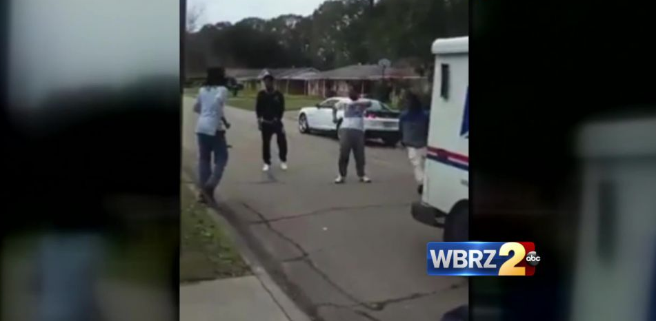 Teens Attack US Mailman For Allegedly Delivering Presents Late (Video)