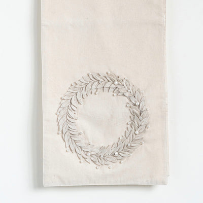 Table Runner with Felt Wreath and Pearls | Putti Christmas Celebrations