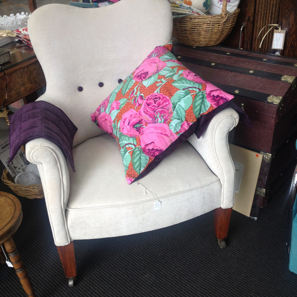 Stylish & Classic 'Vintage Pearl' Wraparound Arm Chair