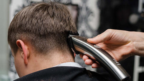 cutting the back of men's hair