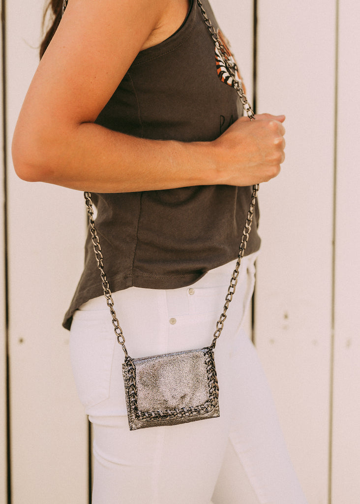 CHANGING CHAIN METALLIC POUCH WITH STRAP
