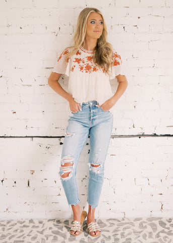 HIGH-RISE MOM DISTRESSED JEANS