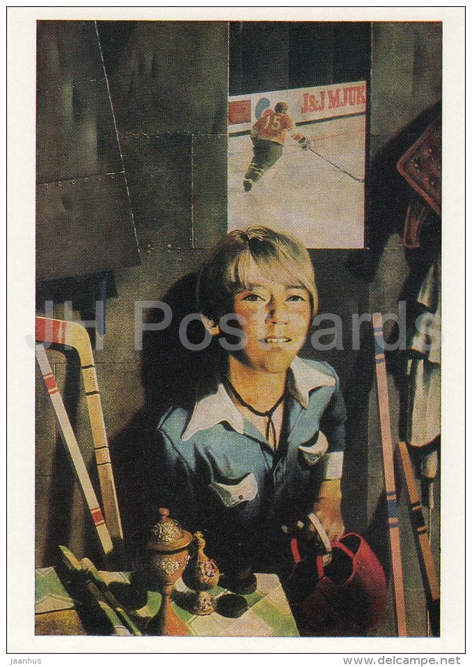 painting by R. Tammik - Boy with hockey stick and helmet - children - Estonian art - 1988 - Russia USSR - unused - JH Postcards