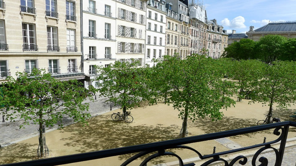 The view from the bedroom, onto the Place Dauphine, makes waking up even more of a pleasure every day!
