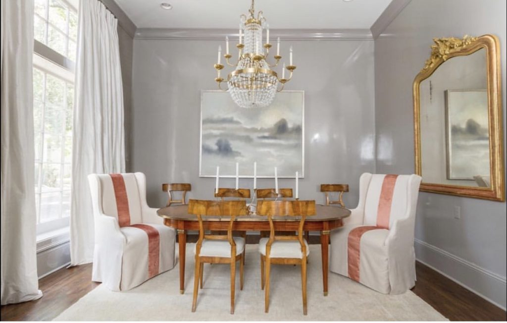 And look at the marriage of lacquered grey walls with an antique French table and chairs. So chic and contemporary.