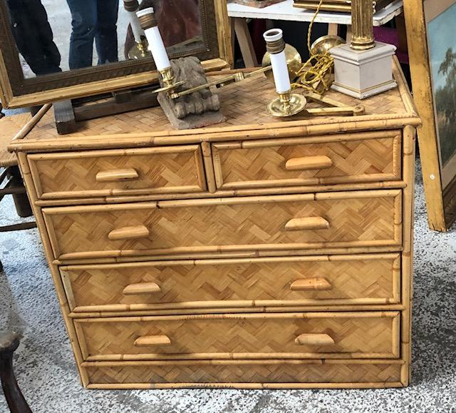 Be still our heart when we spotted this vintage bamboo chest, with its plateau in a faded herringbone motif!