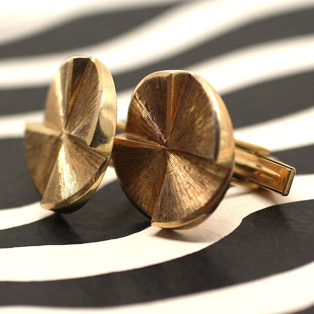 Mid Century 14k solid gold cufflinks with circular tops in perfect condition (3/4 profile view) | Pippin Vintage Jewelry
