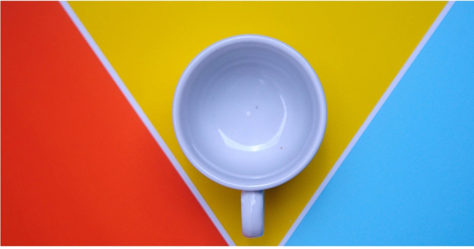 taza sobre fondo de color
