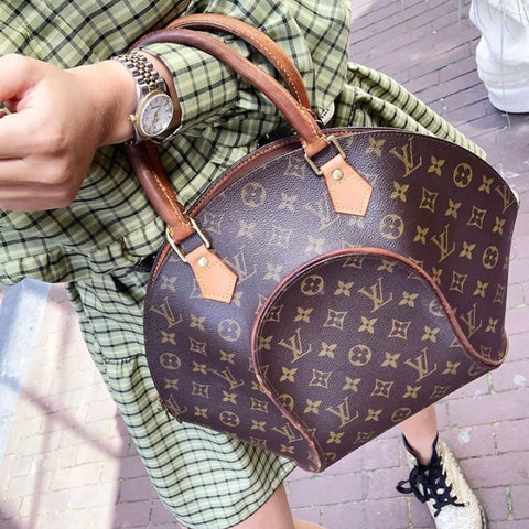 Κορίτσι με Louis Vuitton Ellipse