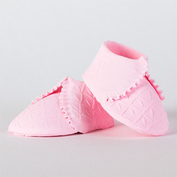 Edible Pink Knit Baby Booties handmade from fondant. Mini handmade fondant baby shoes perfect for cake decorating baby shower cakes easily. Works with Cake decorating baby shower cupcakes. Baby shoe