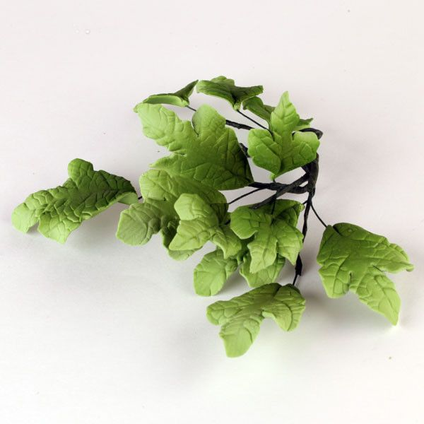 Green English Ivy Leaf Filler sugarflower from gumpaste perfect for cake decorating fondant cakes and wedding cakes. Wholesale sugarflowers and cake supply.