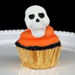 Edible Fondant Skull cupcake toppers perfect for halloween cakes and cupcakes. Halloween cake and cupcake toppers perfect for cake decorating.