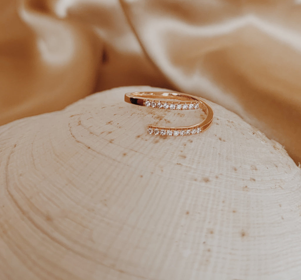 Rose gold midi ring with 18 diamonds.