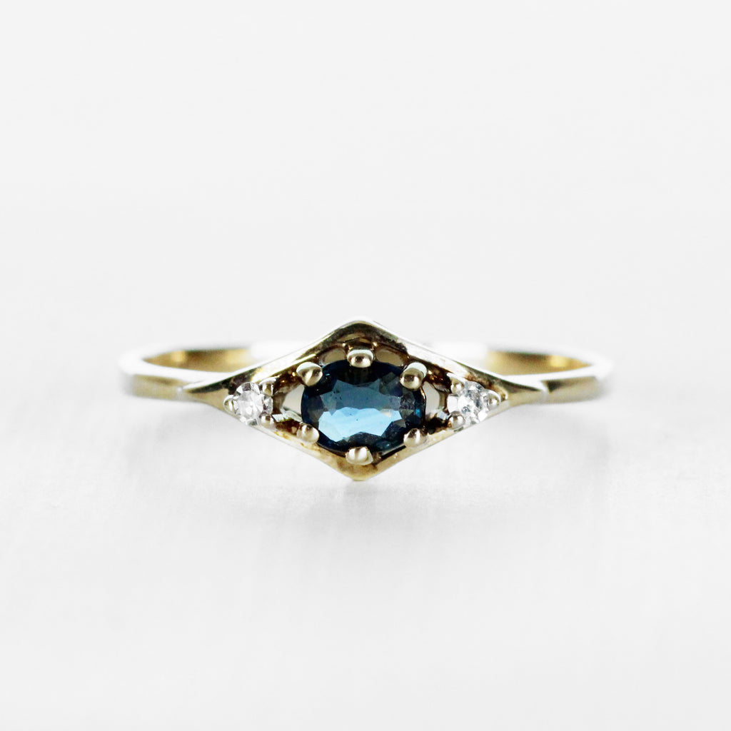 Vintage - Oval sapphire and diamond ring in 9k yellow gold