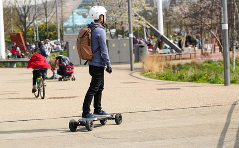 Electric_Sklateboard_Riding_On_The_Street