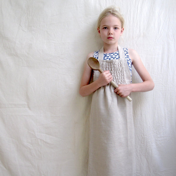 kids smocked apron (light)
