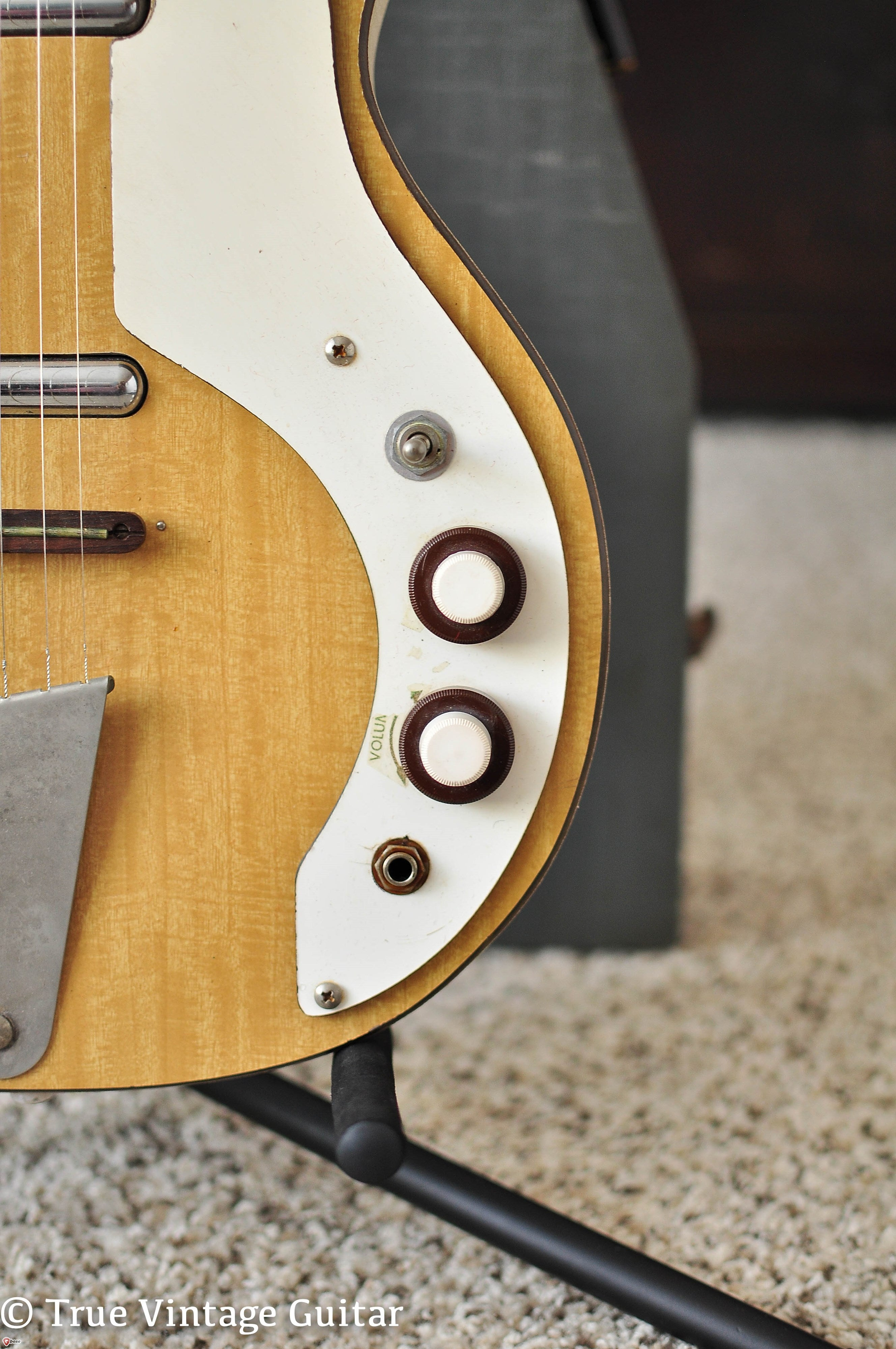 Concentric volume and tone knobs, Danelectro