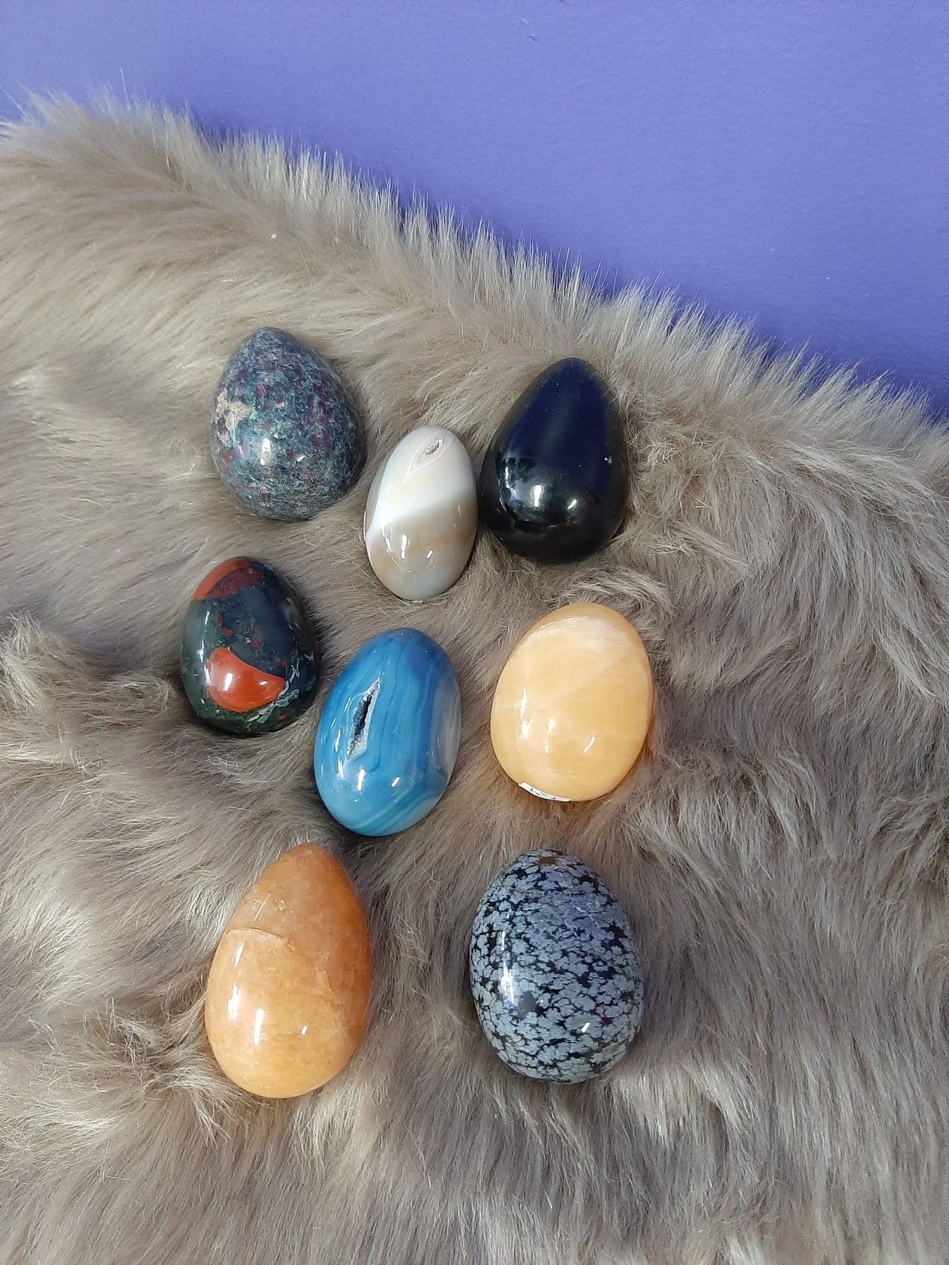 The egg shape of the crystal confine and shape energy. It can be used to detect and rebalance blockages in the body. The shape makes a great hand comforter in times of stress and anxiety.