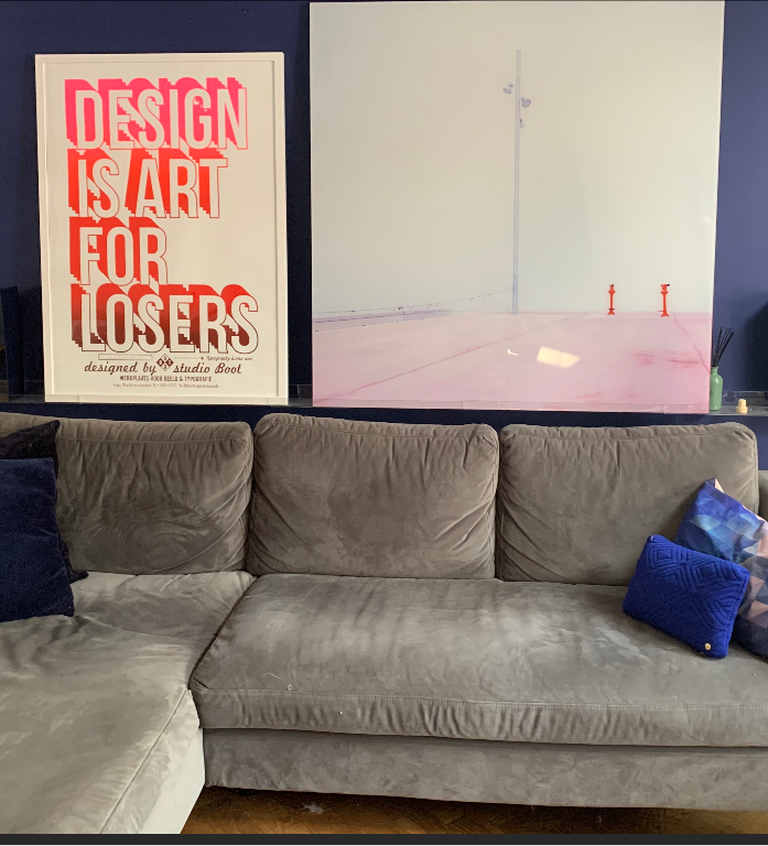 "lijst met poster met grafische tekst ""Design is Art for Losers"" van studio boot"
