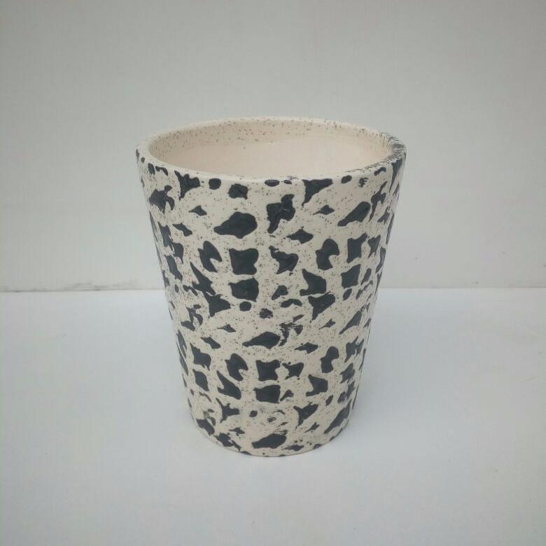 L109 - White Ceramic Pot (Rocky Pattern)