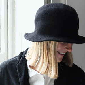 (AW20) SCHA walk through time wool hat in black