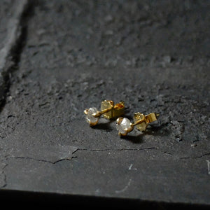 Roughdiamonds.dk by Maya Bjørnsten whitish Diamond in 14k handcrafted gold earrings