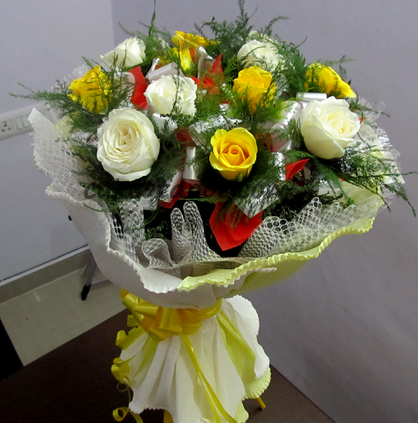 10 Rose Yellow and White theme Designer Boquet - F012