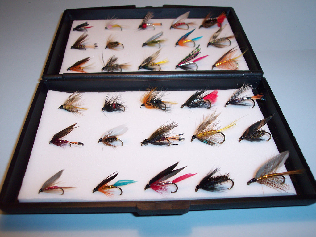 30 WET SINGLE TROUT FLIES IN A PLASTIC FLY BOX  WOULD MAKE A IDEAL GIFT FROM FLYMAKERS
