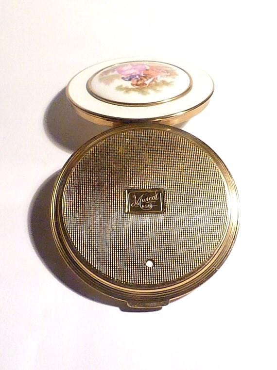 Mascot powder compacts