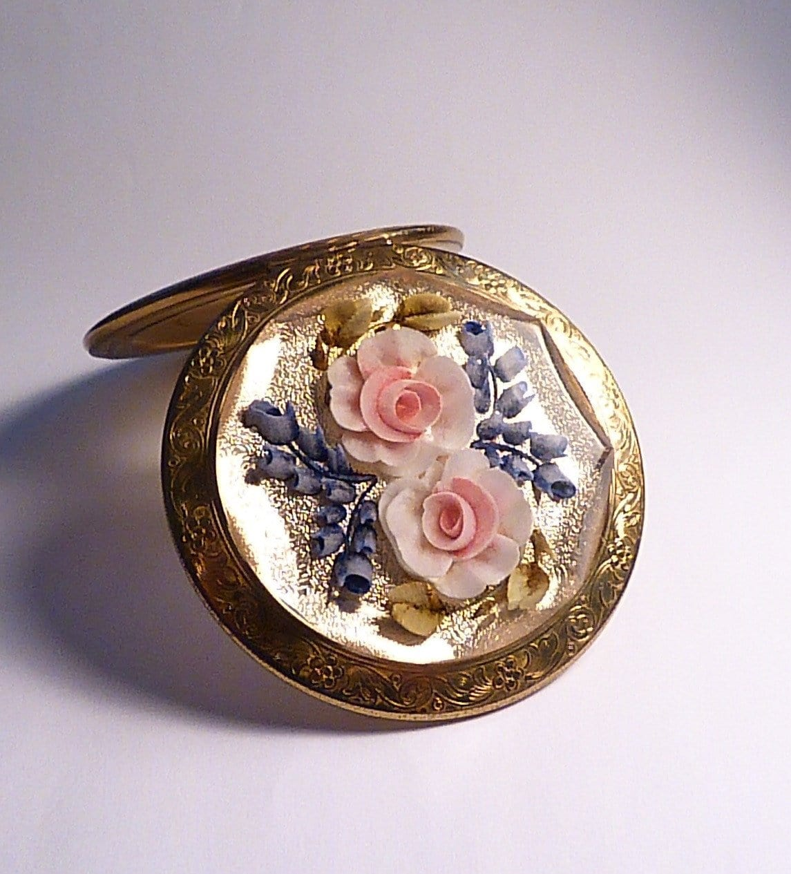 10th wedding / tin wedding anniversary gifts for ladies 1950s Lucite Melissa floral compact - The Vintage Compact Shop