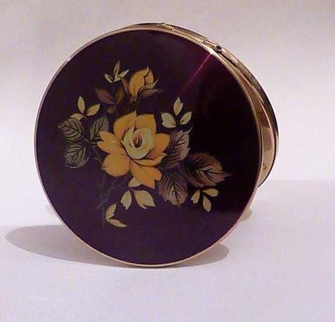 Vintage Valentines Day gifts Stratton compact