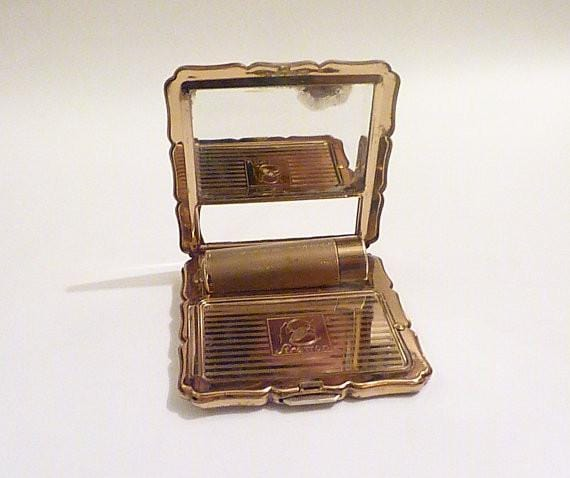 "Rare Stratton powder compacts rare Stratton ""Lipstick Royale"" enamel compacts 1950s compact mirrors romantic scene compacts valentines gifts - The Vintage Compact Shop"