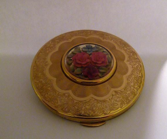 Kigu Lucite compact mirror antique powder compacts gifts for moms / mums / daughters 1950s - The Vintage Compact Shop