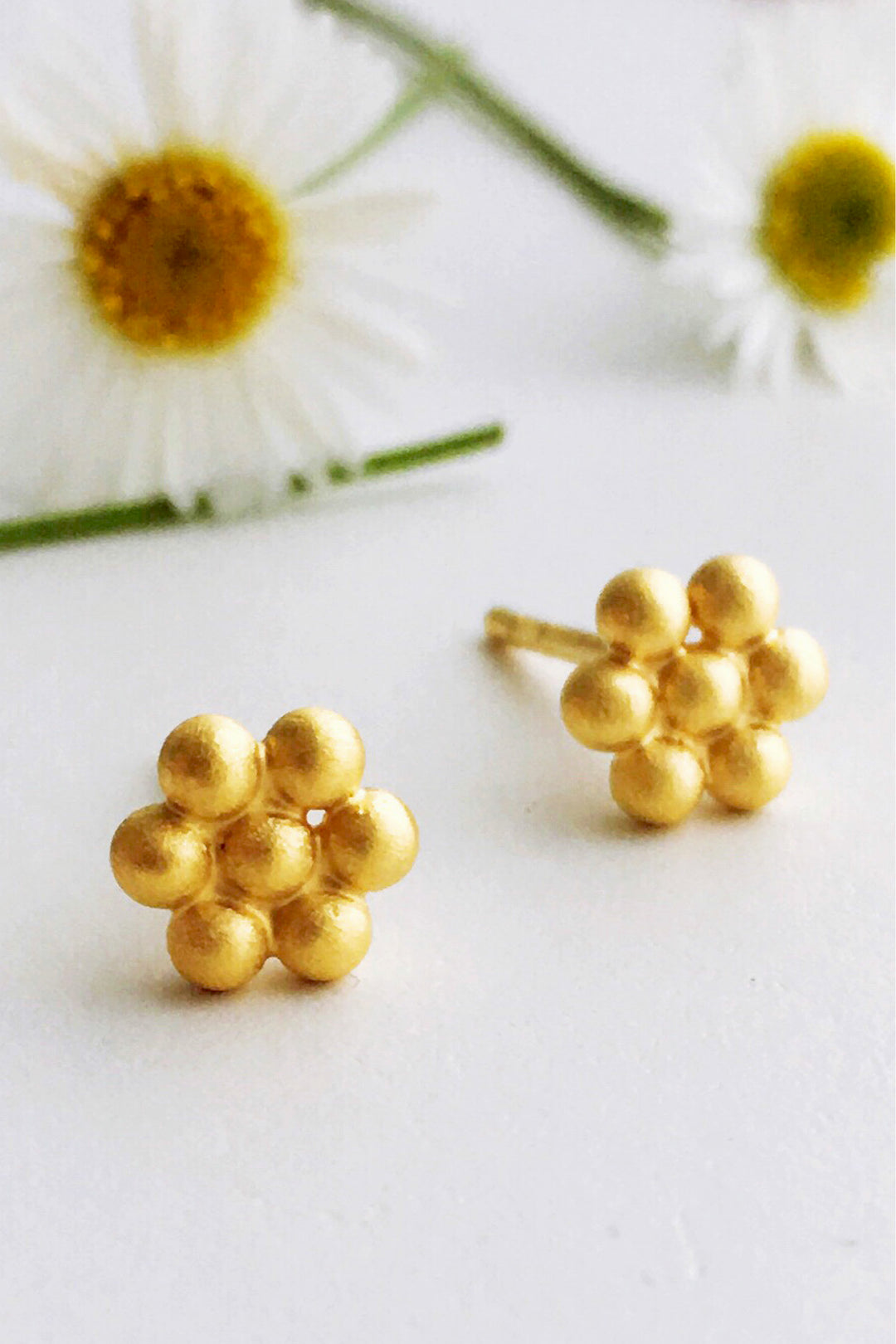 seaside daisy stud brushed gold